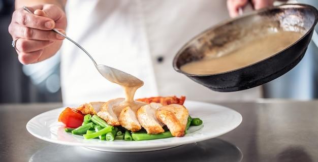 Кусочки куриной грудки на стручковой фасоли и помидорах, залитые грибным соусом.