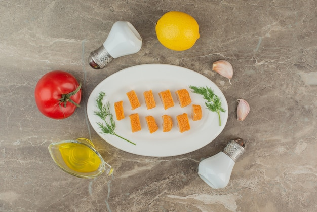 チキンナゲットのトマト、レモン、塩、コショウのスライス。