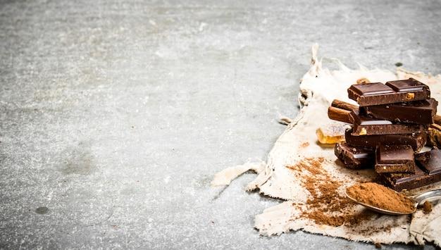 シナモンとチョコレートのスライス。石のテーブルの上。