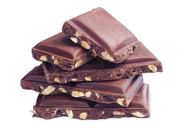 白い背景の上のナッツとチョコレートのスライス