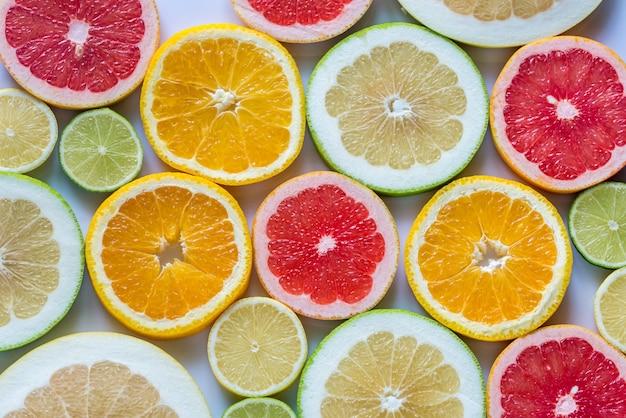 柑橘系の果物のスライス:トップビュー