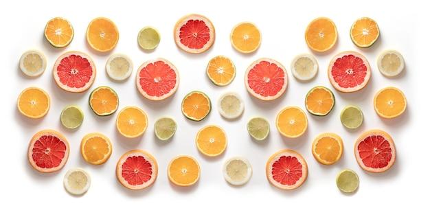 柑橘類、グレープフルーツ、オレンジ、みかん、ライム、レモンのスライス。俯瞰図