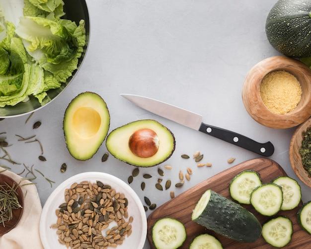Ломтики огурца и авокадо вид сверху