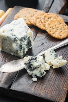 검은 배경에 덴마크 블루 치즈 조각