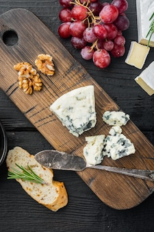 검은 나무 테이블에 덴마크 블루 치즈 조각, 평면도