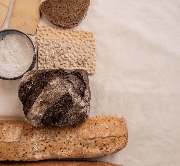 다른 유형의 빵 복사 공간 조각