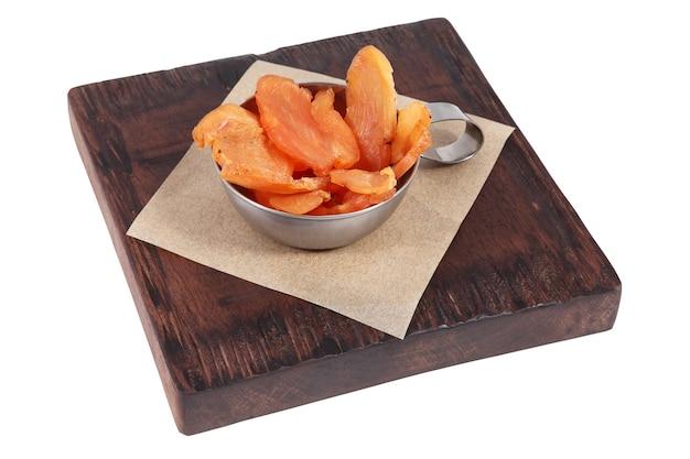 ステンレス鋼のボウルに乾燥鶏肉のスライス、木の板で提供しています。