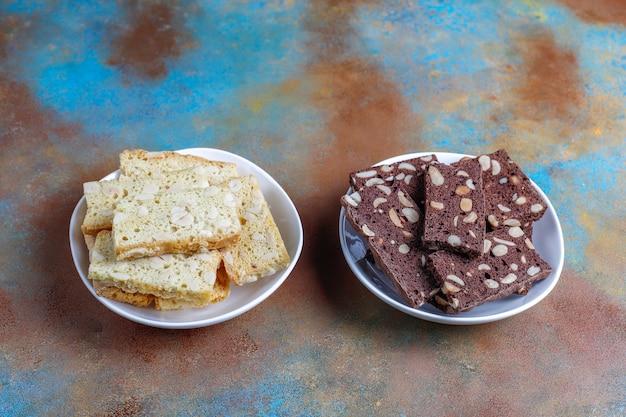Ломтики сухого хлеба с фундуком.