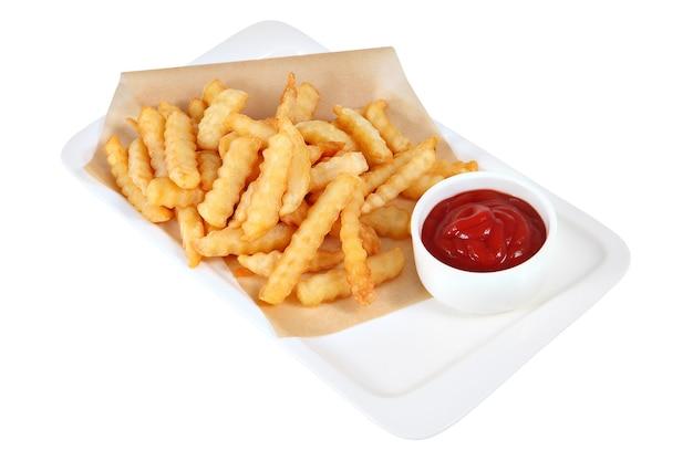 토마토 케첩 한잔과 함께 감자 튀김 조각, 흰색 사각형 접시, 스튜디오 촬영, 흰색 배경에 고립에서 양피지에 거짓말.