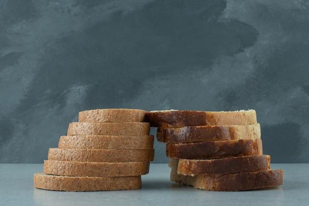 돌 테이블에 신선한 빵 조각