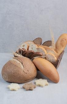大理石の背景に焼きたてのパンのスライス。
