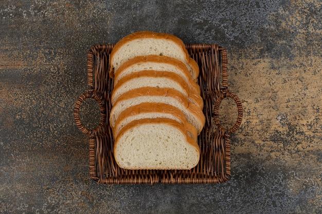 木製のバスケットに焼きたての白パンのスライス