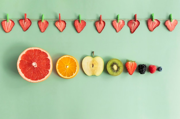 大小の果物と果実のスライス