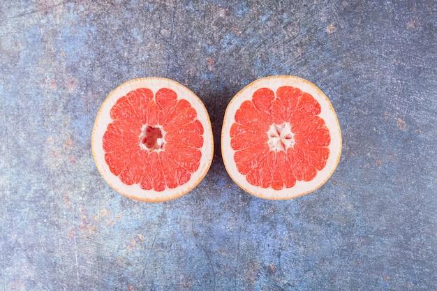 石のテーブルに置かれたグレープフルーツのスライス。