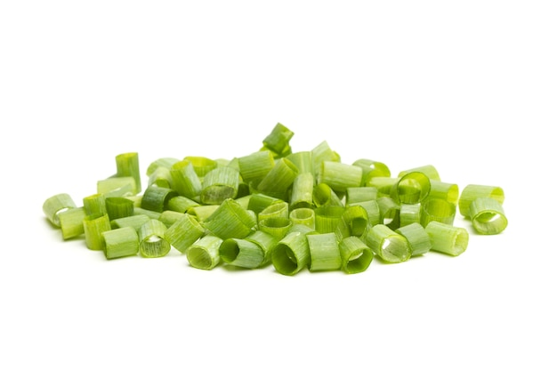 Ломтики зеленого лука на белом фоне