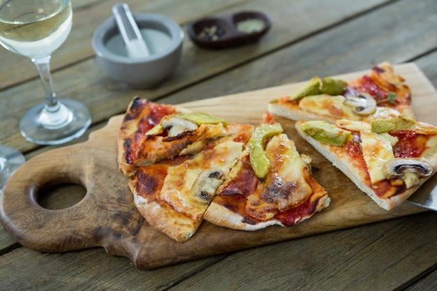 まな板で提供されるイタリアのピザのスライス
