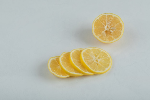 흰색 표면에 즙이 많은 레몬 조각.