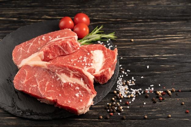 향신료와 육즙이 원시 쇠고기 조각