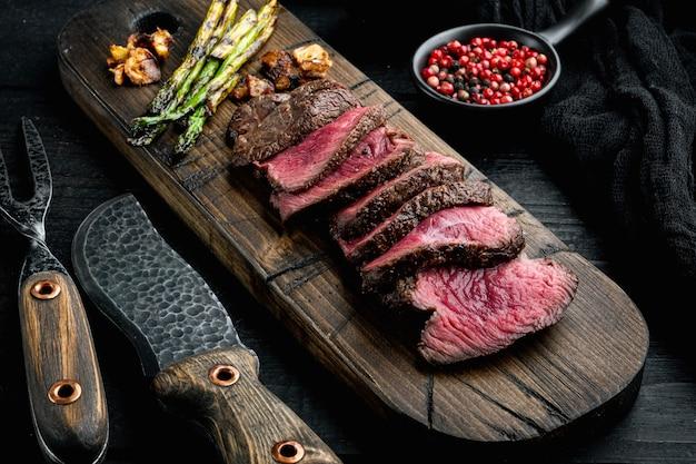 Набор стейков из мраморной говядины на гриле средней прожарки, вырезка из вырезки или филе миньон