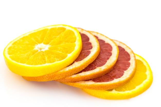 Ломтики апельсина и грейпфрута, изолированные на белом