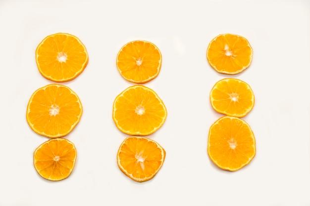Дольки апельсина, изолированные на белом фоне, плоская планировка, вид сверху, фото высокого качества