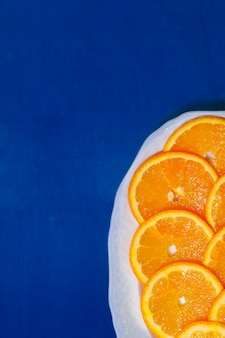 Дольки апельсина на синей скатерти