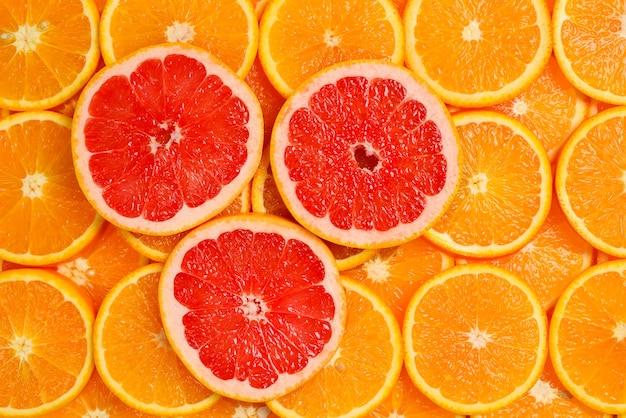 Дольки апельсинов и грейпфрутов в качестве фона.