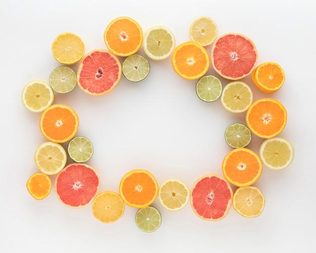 Ломтики апельсинов и лимонов вид сверху