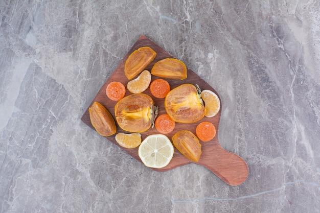 감, 레몬, 귤, 사탕 조각.