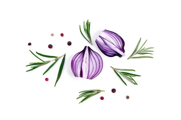 Ломтики фиолетового лука с веточками розмарина и горошком цветного перца, изолированные на белом