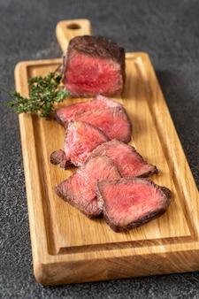 木の板に珍しい牛肉ステーキのスライス