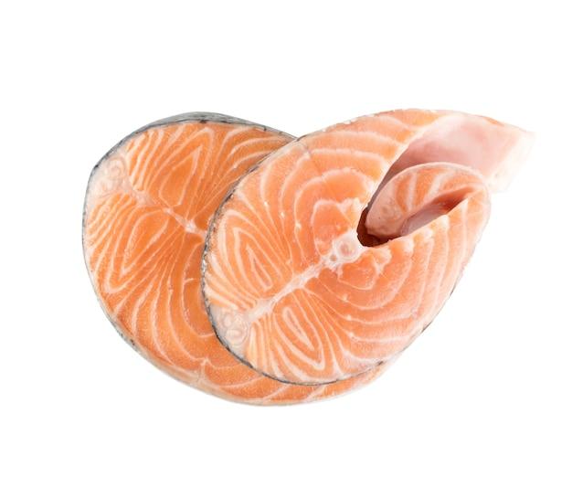 レストランメニューの生のピンクサーモンステーキのスライスは、孤立した上面図をクローズアップします。新鮮な赤い魚、チャムまたはマスの厚い部分