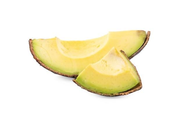 Ломтики спелого авокадо на белом фоне