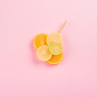 잘 익은 citruses와 짚 조각
