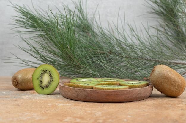 木の板に熟したキウイのスライス。
