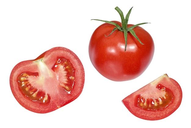 흰색 배경에 격리된 잘 익은 토마토 조각을 닫습니다.