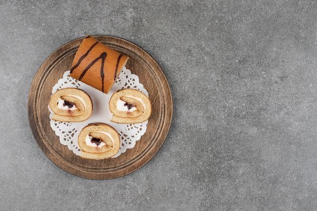 木の板にロールケーキのスライス