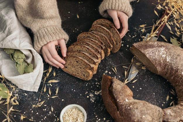 子供の手のライ麦パンのスライス