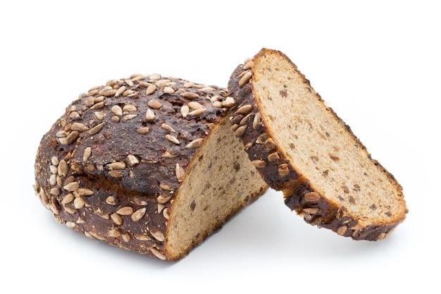 白い背景で隔離のライ麦パンのスライス。