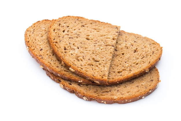 Ломтики ржаного хлеба, изолированные на белом фоне.
