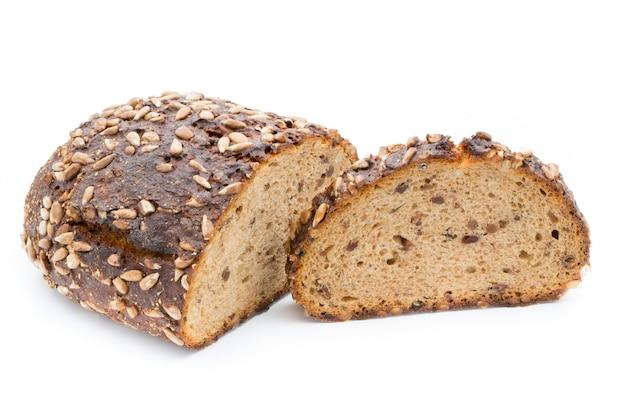 Ломтики ржаного хлеба, изолированные на белой поверхности.