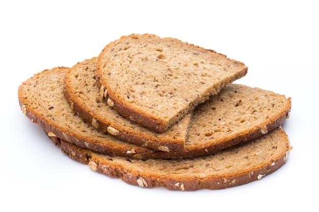 Кусочки ржаного хлеба изолированы.