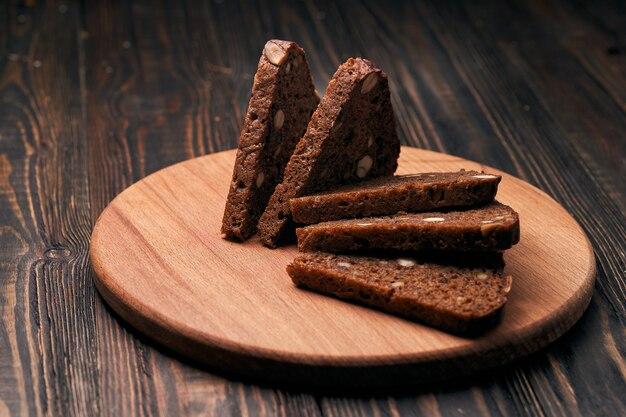 木の板に松の実のライ麦パンのスライス