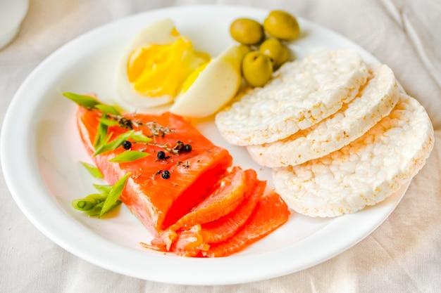 塩漬けの生の魚の切り身と卵とお餅のスライス。セレクティブフォーカス。古ダイエットミール。健康的な高タンパク質および低炭水化物製品のコンセプト。