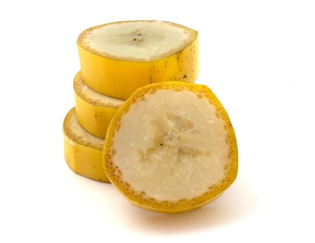 Ломтики нарезанного банана на белом фоне.