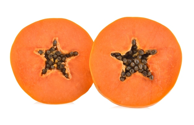 Ломтики сладкой папайи на белом фоне