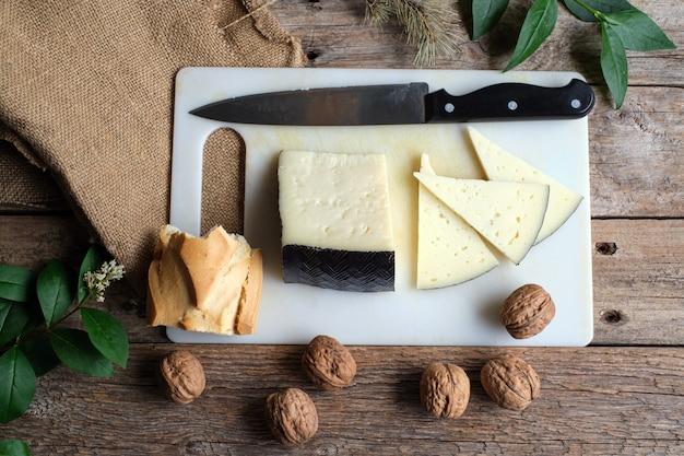 Ломтики традиционного испанского сыра манчего и грецких орехов