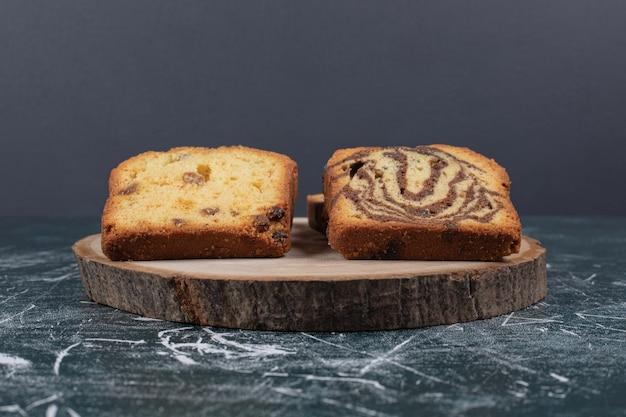 대리석 테이블에 얼룩말과 건포도 케이크의 조각.