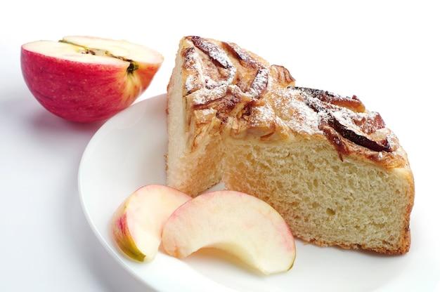 白い背景の上のリンゴとパイをスライスします。