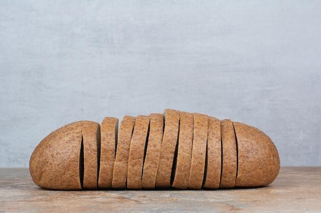 Fette di pane di segale sulla tavola di marmo